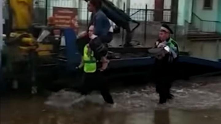 В Екатеринбурге наградили гаишников, которые сняли мать с ребёнком с крыши утонувшей машины