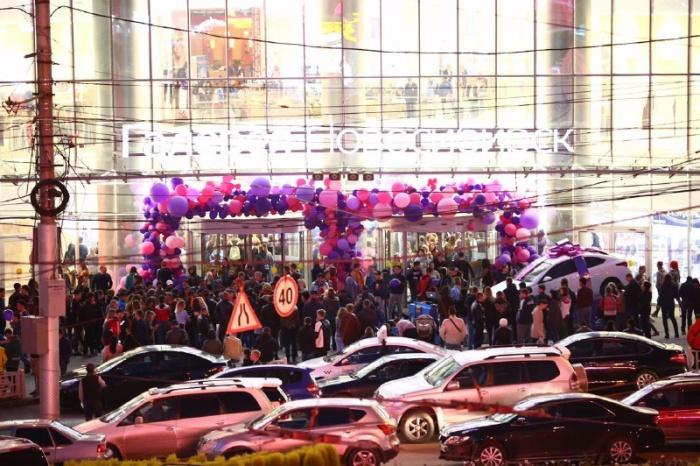 Толпы новосибирцев съехались в торговый центр из-за розыгрыша машины