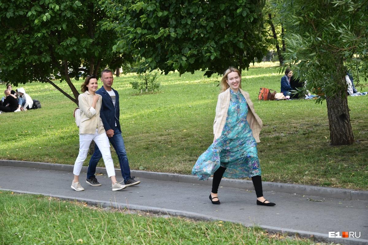 Люди гуляют и улыбаются теплу