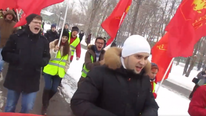 По Самаре прошли митингующие в желтых жилетах с гробом