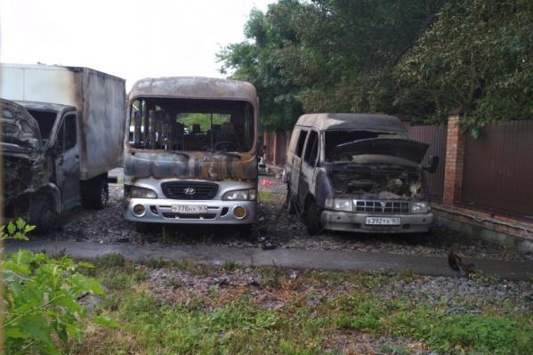С микроавтобусов пламя успело перекинуться на стоящий рядом грузовик