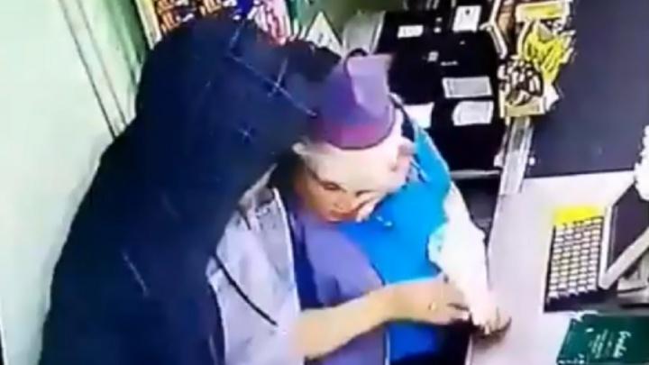 В Перми мужчина напал на кассира с ножом из-за того, что его не обслужили вне очереди. Видео