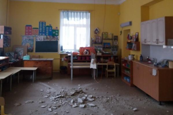 Обрушение штукатурки с потолка произошло 23 апреля