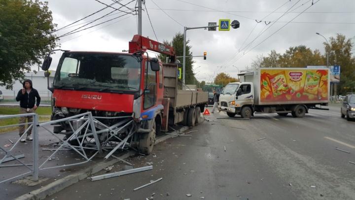 Столкновение грузовиков перекрыло улицу Станционную