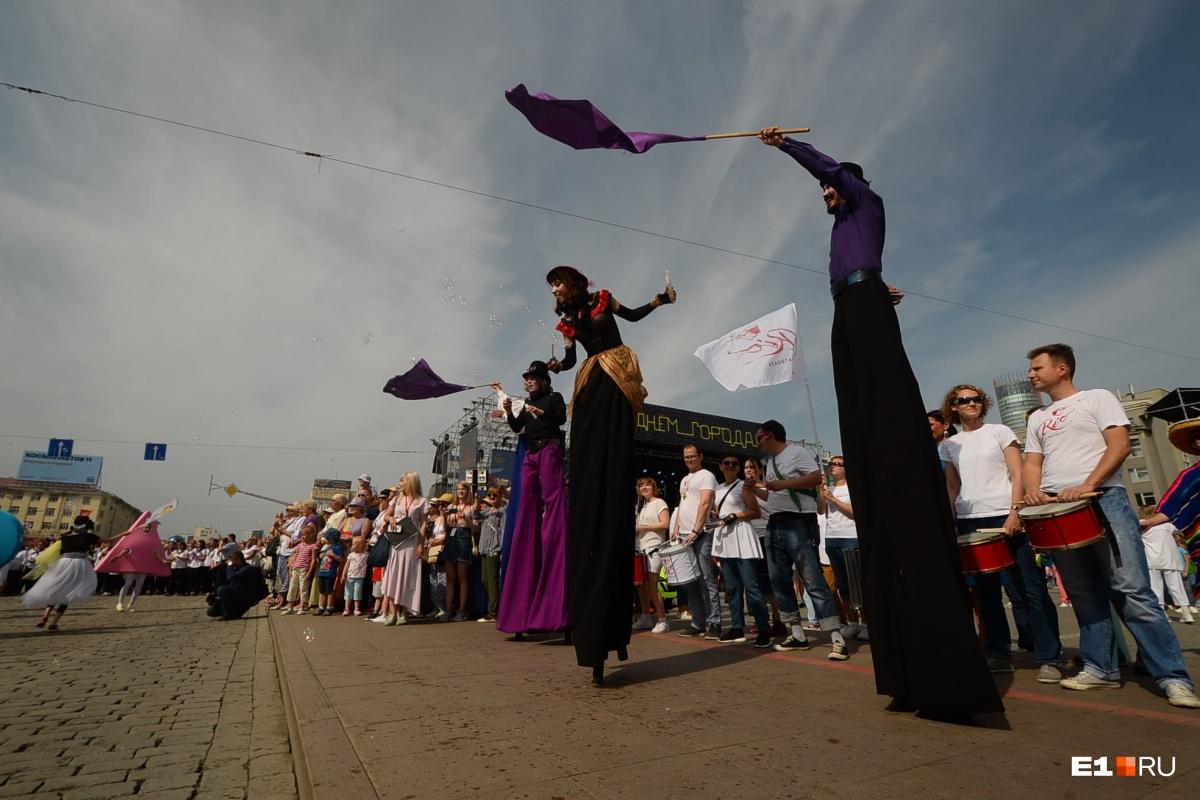 На театральном фестивале «Лица улиц»  можно было увидеть двухметровых людей