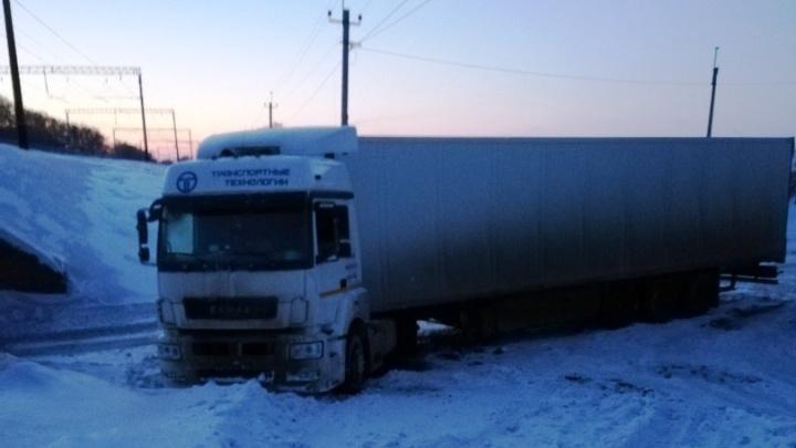 Чужие люди помогли: водитель застрявшей под Новосибирском фуры рассказал, как его спасали из снега