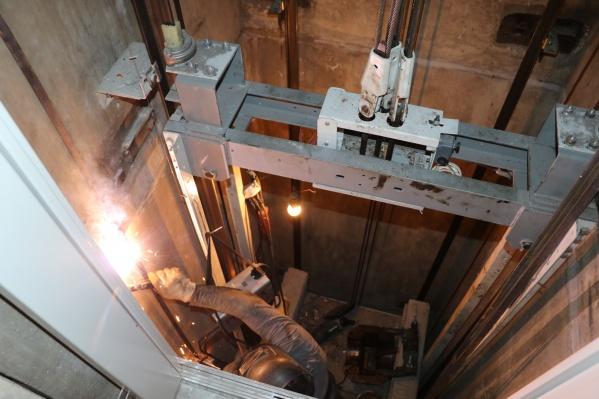 Читатели 29.RU спрашивают, будут ли судить фирму-подрядчика, которая задержала установку лифтов, и на что пойдут эти деньги