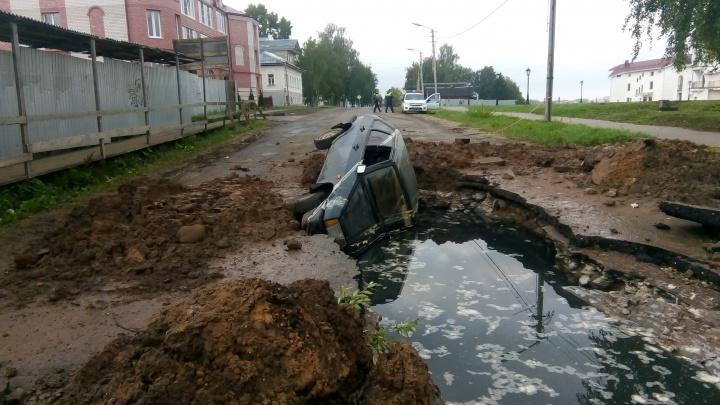 В Ярославской области машина провалилась в огромную яму