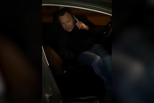 Пьяный мужчина требовал, чтобы девушка во что бы то ни стало продолжила поездку