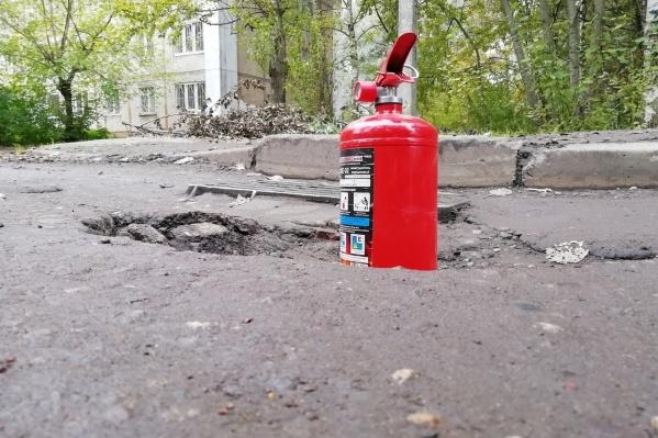Ямы в Ярославле настолько глубоки, что огнетушитель тонет в них почти на половину