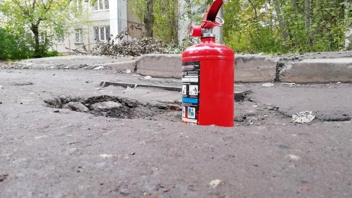 «Между дорогами в Москве и у нас — пропасть!»: ярославец измерил глубину ям огнетушителем Сашей