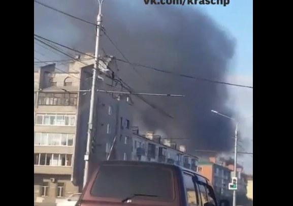 На правобережье дотла выгорел павильон. Огонь повредил припаркованные авто