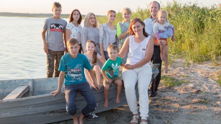 «Все хотят муси-пуси, а у подростков нет шансов»: челябинская семья подарила дом девяти чужим детям