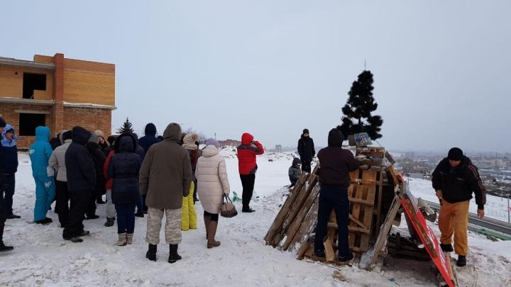 Обманутые дольщики «Реставрации» установили возле недостроенного дома в ЖК «Эдельвейс» черную елку