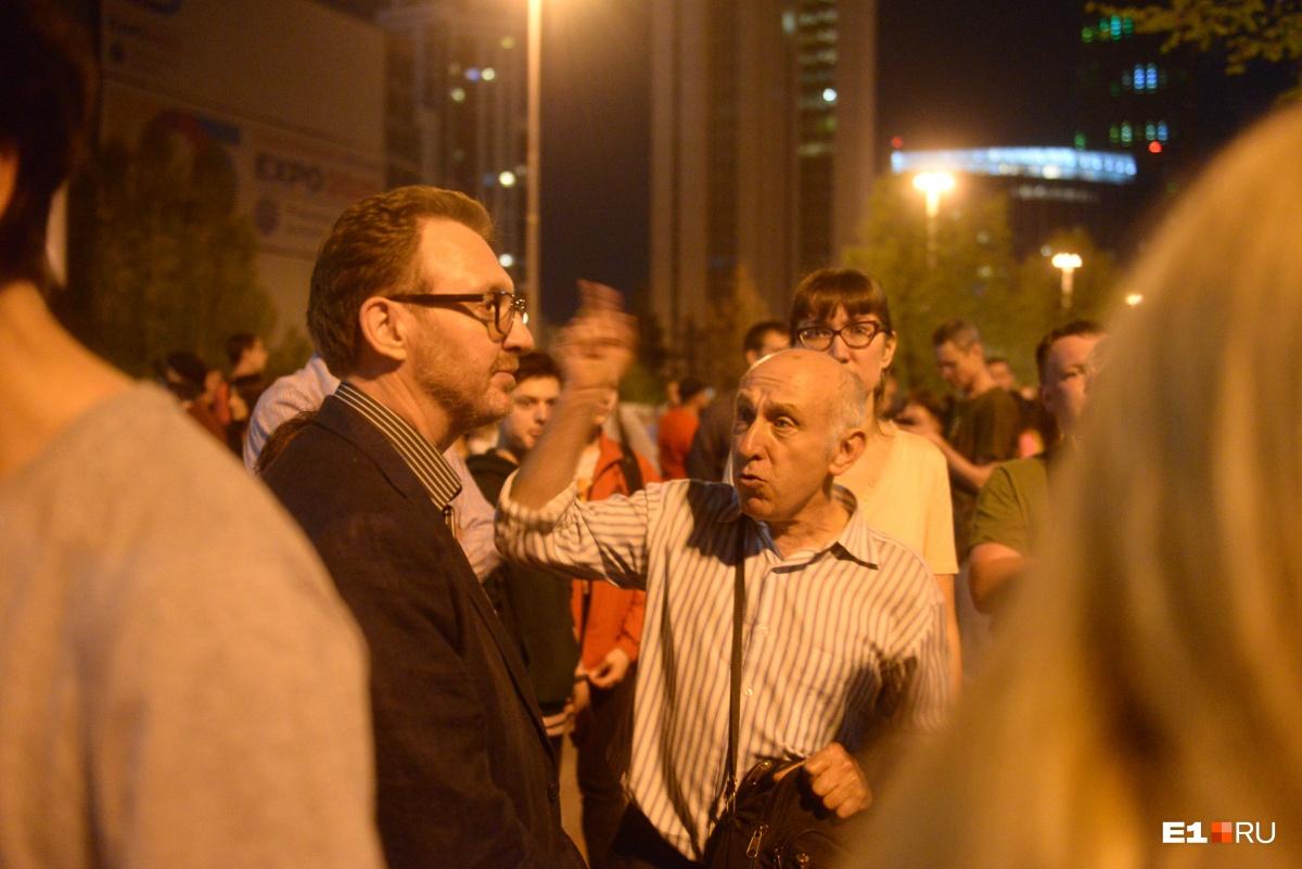 К собравшимся защитникам сквера пришел заместитель полпреда в УрФО Борис Кириллов, на тот момент он был единственным представителем власти, кто хоть как-то  прокомментировал ситуацию