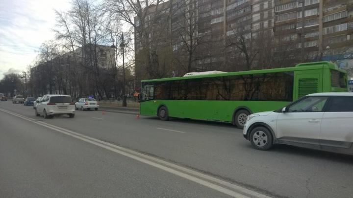 В больнице скончалась 63-летняя пенсионерка, которую сбил автобус у тюменского драмтеатра