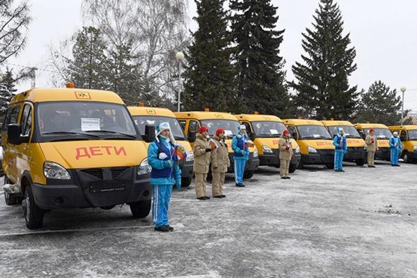 20 автобусов уже ждут, когда их наполнят толпы школьников