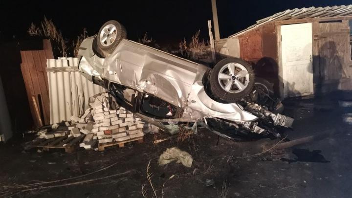 В Самарской области «Форд» с молодежью перевернулся на крышу и врезался в забор