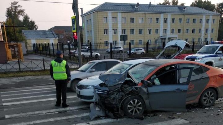 Водитель на авто из каршеринга врезался в BMW и такси на Станционной