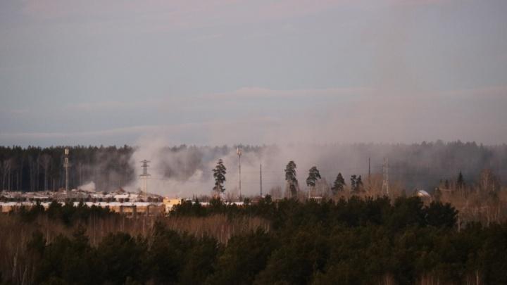 На Уралмаше второй день горит свалка, на которую жалуются местные жители
