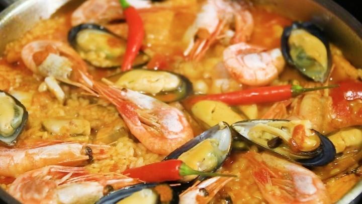 Эксперименты на кухне: готовим на сковороде испанский плов с морепродуктами и овощами