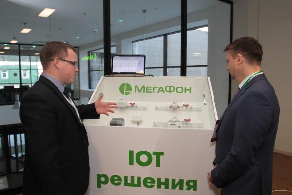 Врио руководителя департамента информационных технологий и связи Самарской области Станислав Казарин осматривает решение МегаФона «Умное ЖКХ»