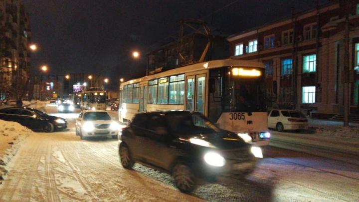 Авария парализовала движениетрамваев № 13 на Серебренниковской