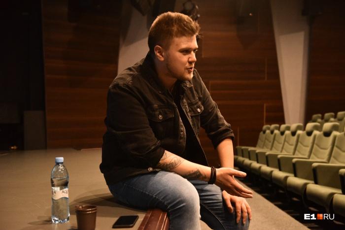 Кирилл постеснялся выйти на середину сцены и сесть на единственный там стул