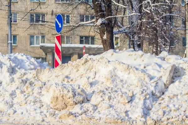 На обочинах дорог оставили кучи снега