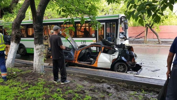 Пассажир легковушки, пострадавший в аварии на Аккумуляторной, скончался
