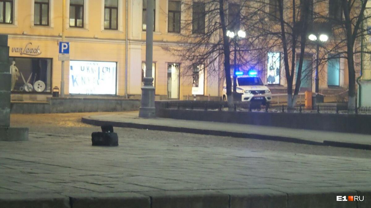 Сумка стояла возле памятника Ленину