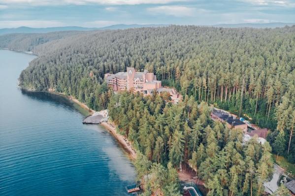 Загородный комплекс расположился на берегу озера Тургояк