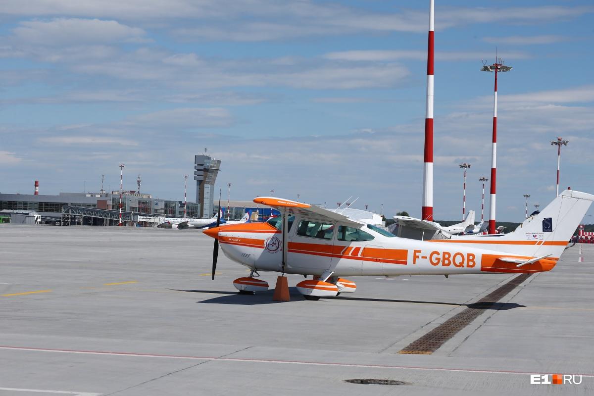 Встречал сам консул: в Кольцово приземлились французские путешественники на личных самолетах