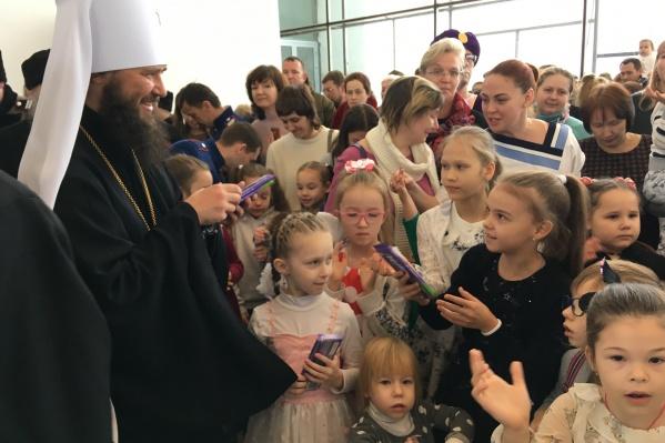 Владыка много общался с детьми