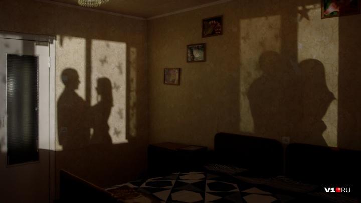 «Не выдержала и сбежала»: педофил из Волгоградской области три года снимал изнасилования своей дочки