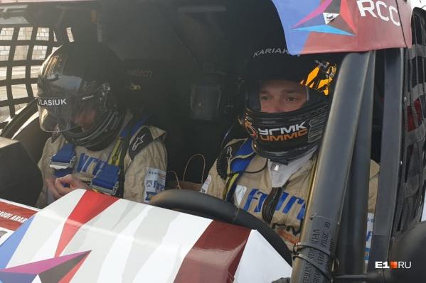 Экипаж уральских гонщиков Сергея Карякина и Антона Власюка готовится выехать из закрытого парка