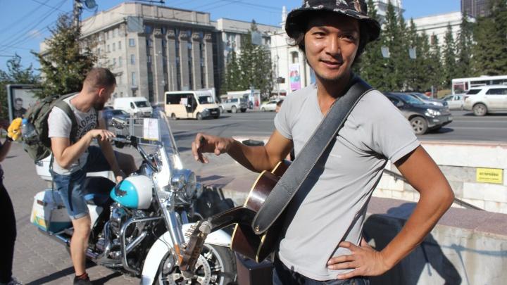 Японец на «Харлее» приехал в Новосибирск и плохо поёт в Первомайском сквере