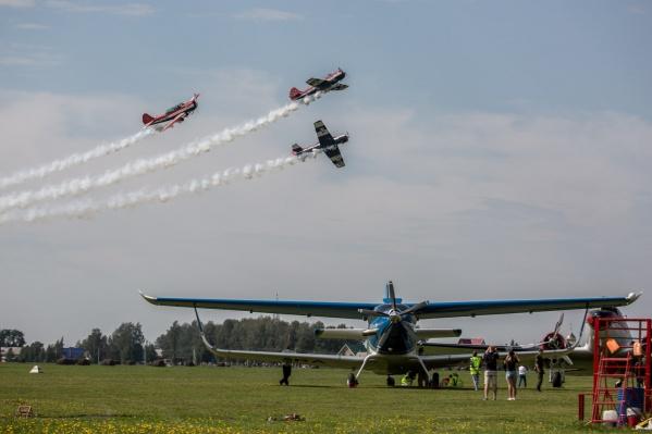 Пилотессы из сургутской группы «Барсы» взмывают в небо. Самой младшей из них всего 17 лет