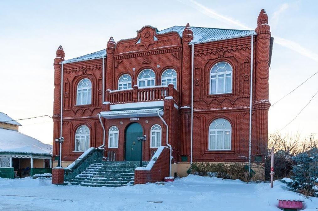В Екатеринбурге на продажу выставили особняк с колоннами и дворцовой лестницей в цыганском стиле