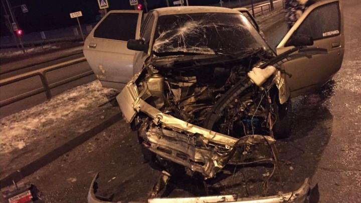 В глухой тонировке: в Самаре 18-летний водитель ВАЗ протаранил столбы на Московском шоссе