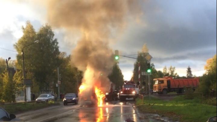 Тушили шесть человек: в Рыбинске на светофоре сгорела легковушка