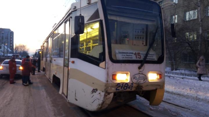 «Тойоту» выкинуло из колеи под колёса трамвая