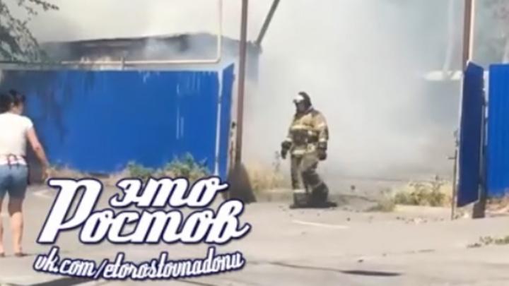 На улице Магнитогорской в Ростове загорелась бытовка