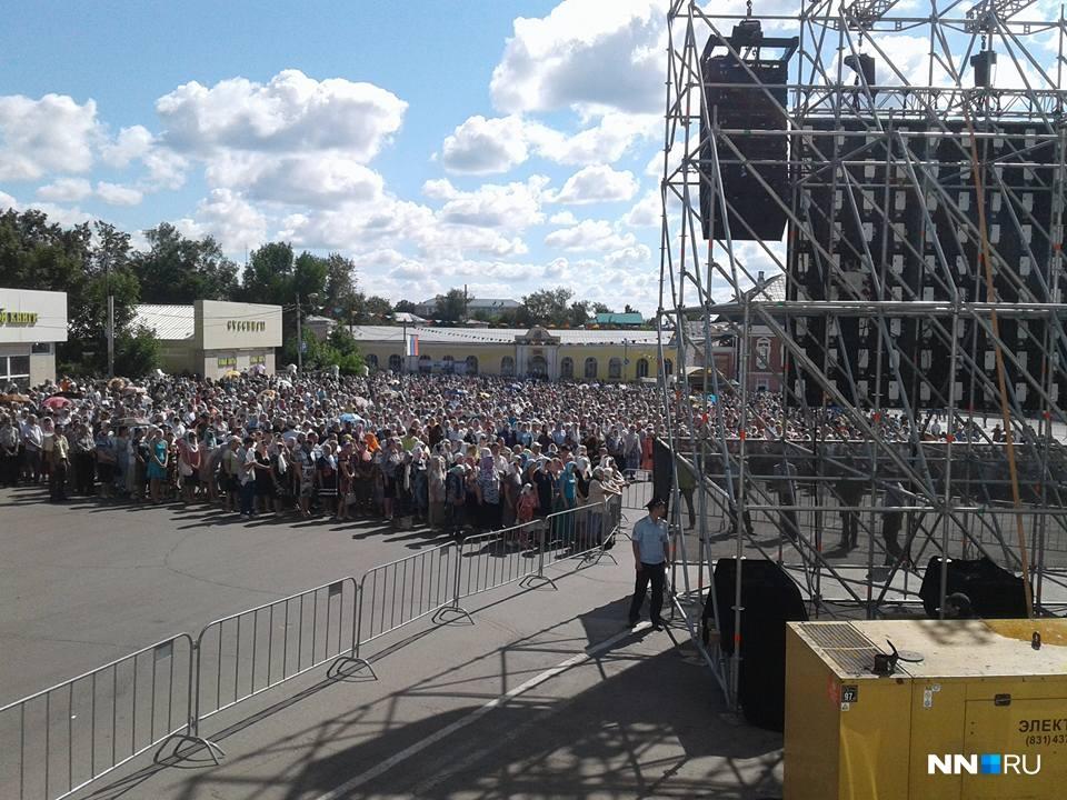 Богослужение транслируют на площади перед собором
