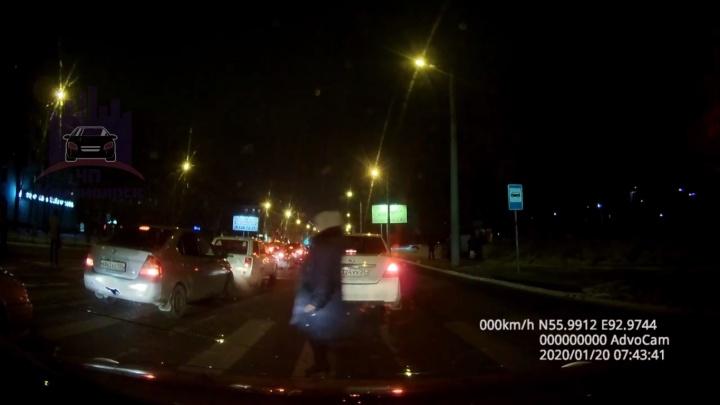 На Мичурина женщина перебегала дорогу и попала под колеса