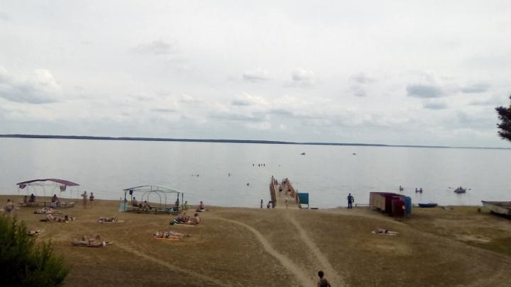 Предпринимателя, построившего пирс и раздевалки у озера Малое Медвежье, обязали снести постройки
