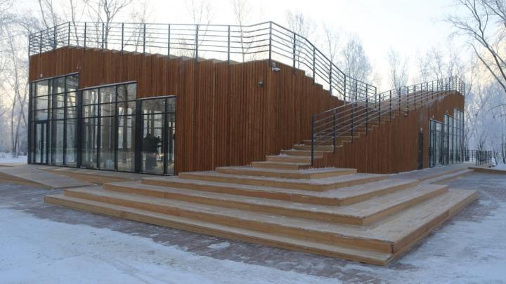 На острове Татышев достроили визитный центр с кафе и туалетами