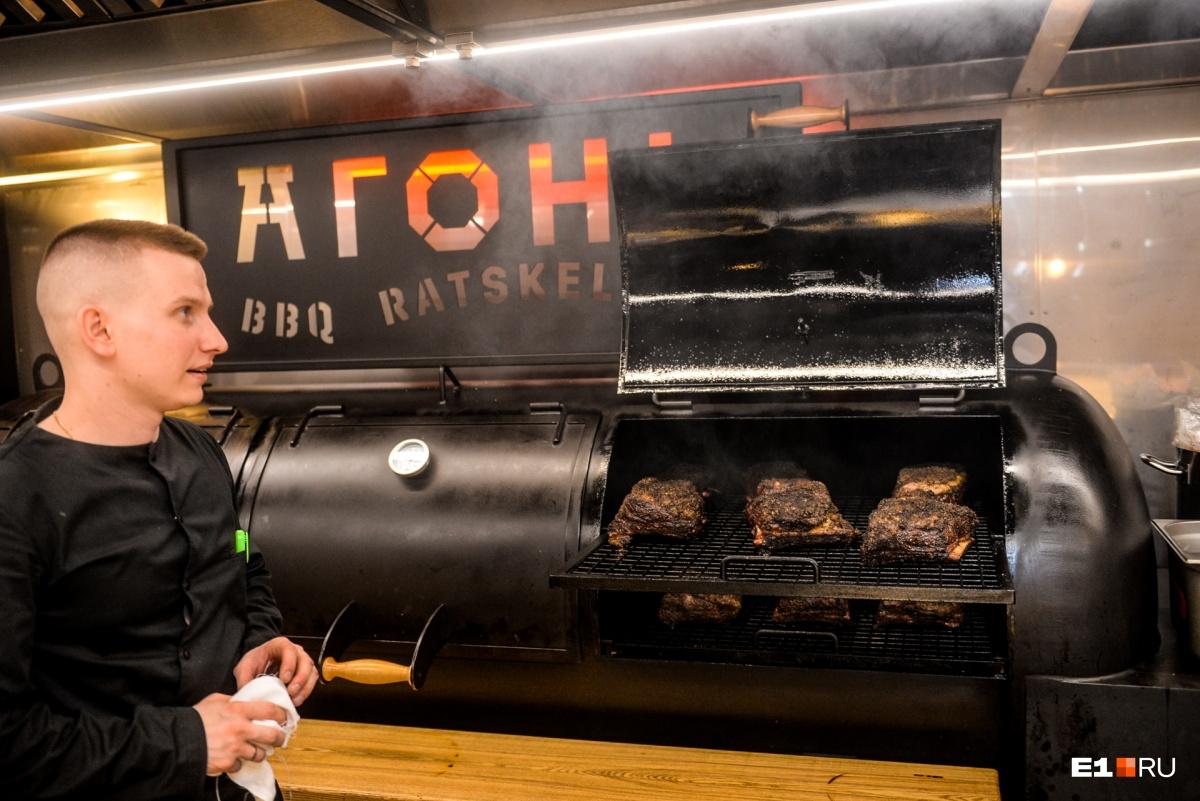 Шеф-повар ресторана показываетсмокер. Как говорит Шлаен, он лучший в России. Мясо в нём готовится 16 часов без маринада, только с солью и перцем