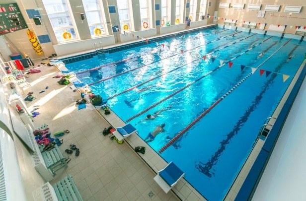 Восьмилетняя девочка оторвала палец во время тренировки в бассейне