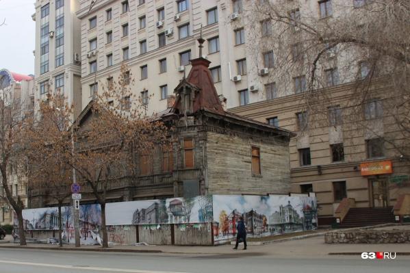 Объект культурного наследия оградили фальшфасадом